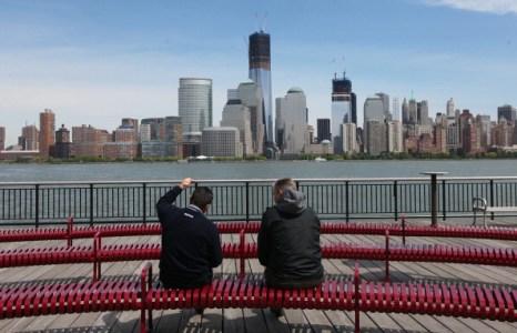 Люди наблюдают самый большой небоскрёб «Башню Свободы» в Нью-Йорке. Фоторепортаж. Фото: Mario Tama/Getty Images