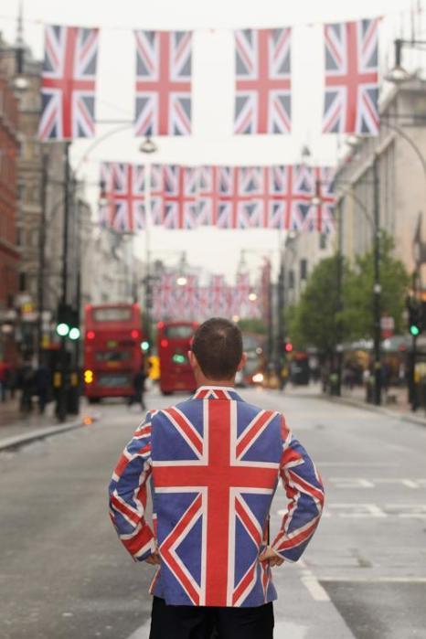 Джейс Тиррелл (Jace Tyrrell), директор новой компании Вест-Энд, представляет флаги на улице Оксфорд-стрит в честь предстоящего брильянтового юбилея королевы Елизаветы II в Англии. Фоторепортаж. Фото: Oli Scarff/Getty Images