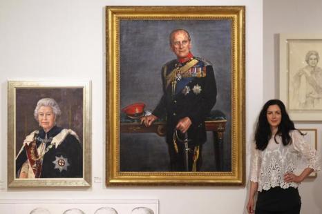 Джемма Фиппс (Jemma Phipps) рядом со своей последней работой, изображающей принца Филлипа, герцога Эдинбургского, на открытии выставки Королевского общества портретистов в Лондоне. Фоторепортаж. Фото: Dan Kitwood / Getty Images