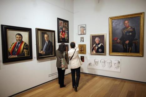 Посетители рассматривают картины на открытии выставки Королевского общества портретистов в Лондоне. Фоторепортаж. Фото: Dan Kitwood / Getty Images