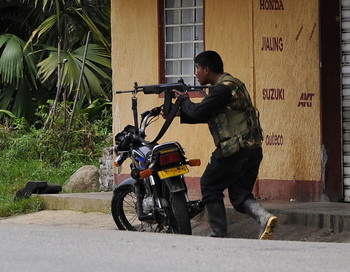 Предполагаемый член FARK во время боёв военных Колумбии с повстанцами. Фото: LUIS ROBAYO/AFP/Getty Images