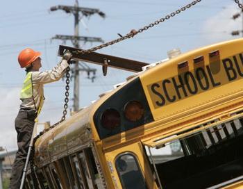 Школьный автобус, попавший в аварию, США. Фото: Larry W. Smith/Getty Images