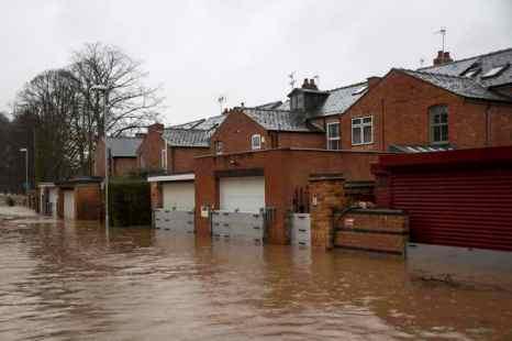 Предвестниками глобальных перемен учёные считают события в Великобритании. Интенсивные осадки, обрушившиеся на англичан и приведшие к наводнениям, показывают, на что способна разбушевавшаяся стихия. Фото: Rob Stothard/Getty Images