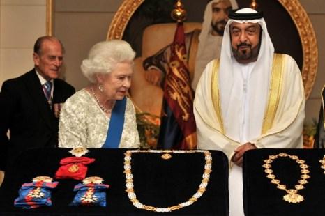 Глава ОАЭ шейх Халифа ибн Зайд Аль Нахайян, также известный как шейх Халифа,  обменивается подарками с королевой Елизаветой II в ноябре 2010 г. Фото: John Stillwell — Pool/Getty Images