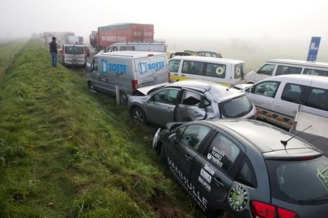 Густой туман, десятки разбитых автомобилей: на бельгийской автостраде, пострадало около 130 транспортных средств. Фото: KURT DESPLENTER/AFP/Getty Images