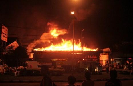 В Таиланде сильнейший пожар охватил более 20 зданий. Фото: THADILOK KLONGJIA/AFP/Getty Images