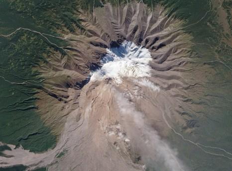 Вулкан Шивелуч. На Камчатке активизировались сразу два вулкана. Фото: NASA Goddard Space Flight Center/flickr.com