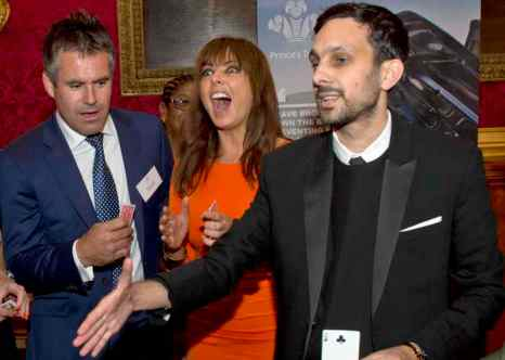 Лондон. Фокусник Динамо, настоящее имя которого Стивен Фрейн, показывает фокус с картами. Фото: Arthur Edwards - Pool/Getty Images