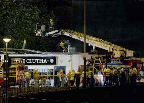 В шотландском городе Глазго на крышу заведения «Клута» упал полицейский вертолёт. С серьёзными ранениями доставлены в больницу девять человек. Фото: Jeff J Mitchell/Getty Images