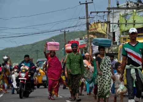 В Индии из-за шторма эвакуировали около миллиона человек. Фото: MANAN VATSYAYANA/AFP/Getty Images
