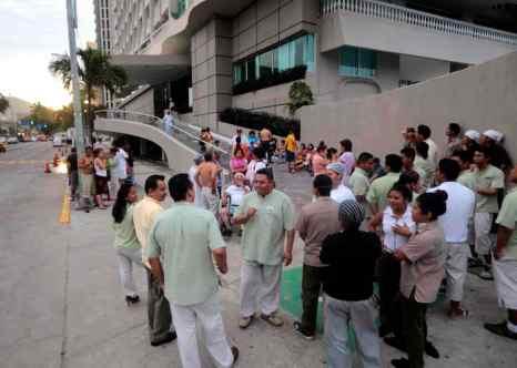 Землетрясение произошло на юго-западе Мексики.  Из многих отелей на побережье в Акапулько были эвакуированы сотрудники и гости, школы и университеты в штате Герреро были закрыты, как заявили власти. Фото: Pedro PARDO/AFP/Getty Images