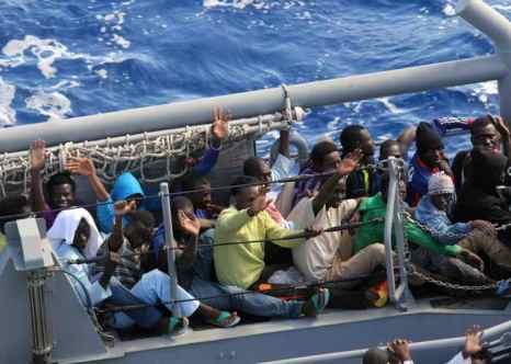 Американский военный корабль спас 128 беженцев в Средиземном море. Фото: U.S. Navy via Getty Images