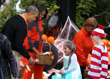Президент США Барак Обама и первая леди Мишель Обама устроили приём для семей военнослужащих в день Хэллоуин у Белого дома 31 октября 2013 года. Фото: Mark Wilson / Getty Images