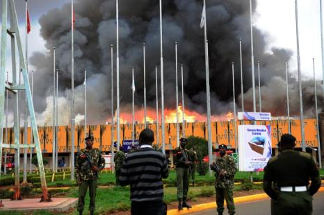 Пожар в главном международном аэропорту Кении в столице Найроби 7 августа 2013 года. Фото: STRINGER/AFP/Getty Images