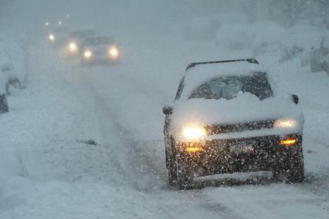 Автомобили ездят по снегу 13 февраля 2014 года в Бруклине, районе Нью-Йорка. Фото: Spencer Platt/Getty Images