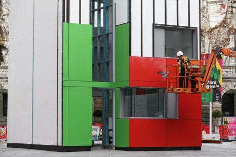 Британский архитектор Ричард Роджерс представил новаторский трёхэтажный дом во дворе Берлингтон-Гарденс королевской академии Искусств Лондона 13 августа 2013 года. Фото: Oli Scarff/Getty Images