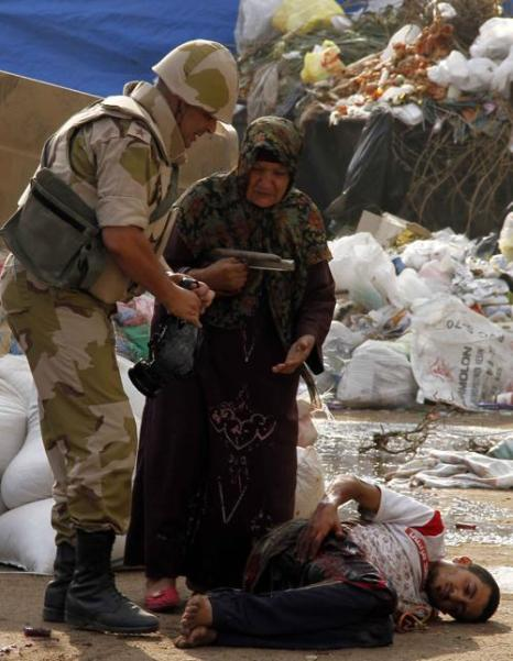 Военные разогнали палаточный лагерь сторонников Мухаммеда Мурси в центре Каира утром 14 августа 2013 года, что привело к столкновениям и сотням погибших. Фото: STR/AFP/Getty Images