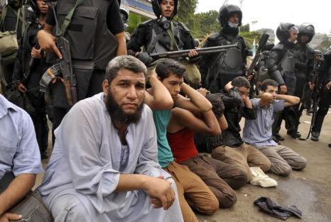 Военные разогнали палаточный лагерь сторонников Мухаммеда Мурси в центре Каира утром 14 августа 2013 года, что привело к столкновениям и сотням погибших. Фото: Engy Imad/AFP/Getty Images