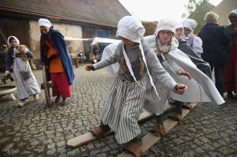 Местные дети в костюмах 19-го века в воссозданной деревне 1813 года в Лейпциге в дни празднования 200-летия Битвы народов, исторического сражения 1813 года. Фото: Sean Gallup / Getty Images