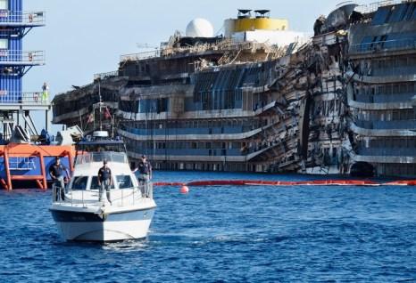 Потерпевший крушение лайнер Costa Concordia поднят с рифов, 18 сентября 2013 года. Фото: Marco Secchi/Getty Images