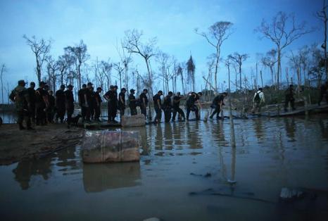 Полиция устраивает рейды по выявлению незаконной добычи золота на реке Мадре-де-Диос, притоке Амазонки (Перу). Фото: Mario Tama / Getty Images