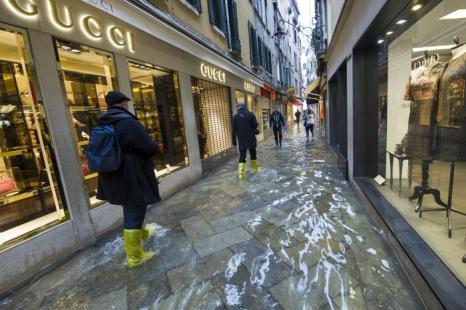 Подъём воды от средиземноморского циклона Клеопатра настиг туристическую Венецию (Италия), где 19 ноября 2013 года затоплена площадь Сан-Марко. Фото: Marco Secchi/Getty Images