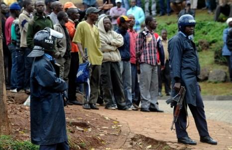 Кенийские полицейские держат на расстоянии людей от захваченного террористами торгового центра в Найроби, 23 сентября 2013 года. Фото: SIMON MAINA/AFP/Getty Images