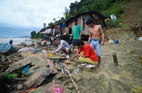 В результате наводнения и оползней в сельской местности к северу от Манилы, столицы Филиппин, погибло, по меньшей мере, 32 человека по состоянию на 24 сентября 2013 года. Фото: Dondi Tawatao/Getty Images