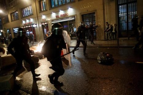 Тысячи человек в Мадриде (Испания), включая студентов, школьников, преподавателей и активистов других областей, вышли 24 октября 2013 года с забастовкой в знак протеста против нового закона об образовании и призывом к отставке министра образования Хосе Игнасио Верта. Pablo Blazquez Dominguez/Getty Images
