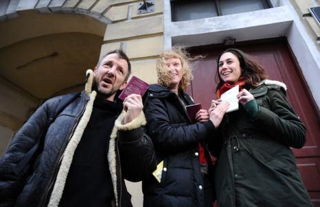 Александра Харрис, Фил Болл (Великобритания) и Сини Саарела (Финляндия) из группы «Гринпис» «Арктика 30» получили паспорта и визы после более чем 3-месячного заключения и освобождения по амнистии. Фото: OLGA MALTSEVA/AFP/Getty Images