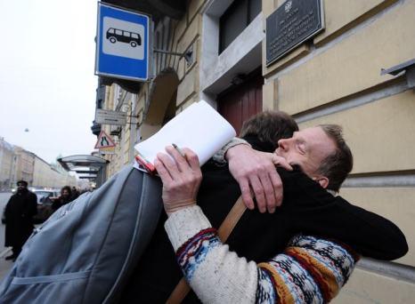 Маннес Убелс из Нидерландов обнимает британского кинооператора Кирона Брайана из группы «Гринпис» «Арктика 30» после того, как они получили паспорта и визы. Фото: OLGA MALTSEVA/AFP/Getty Images