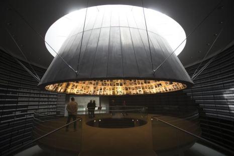 В Международный день жертв Холокоста, 27 января, люди собрались в иерусалимском Музее «Яд Вашем», в Зале Имён, чтобы почтить память более шести миллионов евреев, убитых во время Второй мировой войны нацистами. Uriel Sinai/Getty Images