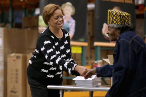 Тёща Барака Обама, Мариан Робинсон, приняла участие в раздаче еды нуждающимся 27 ноября 2013 года в Банке продовольствия Вашингтона. Фото: Chip Somodevilla/Getty Images