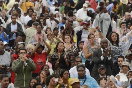 Десятки тысяч человек собрались на церемонии, посвящённой 50-летию со дня исторического «Марша Вашингтона», 28 августа 2013 года на Мемориале Линкольна в столице США. Фото: Michael Reynolds-Pool/Getty Images