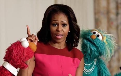 Первая леди США Мишель Обама объявила о свободном лицензировании символов «Сезам» на рынке овощей и продуктов вместе с героями популярного шоу Зелибобой и Бусинкой 30 октября 2013 года. Фото: Фото: Win McNamee / Getty Images