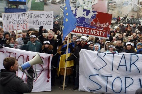 Участники митинга призывают Евросоюз немедленно ввести персональные санкции для тех, кто несет ответственность за использование силы против мирных демонстрантов и журналистов, а также участвует в принятии антиконституционных законов Украины, 20 января, 2014 года. Фото: YURIY KIRNICHNY/AFP/Getty Images