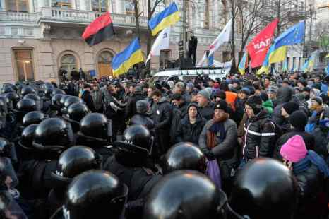 Янукович подписал закон об амнистии всех участников Евромайдана. Фото: SERGEI SUPINSKY/AFP/Getty Images
