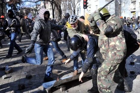Столкновения демонстрантов с полицией в центре Киева 18 февраля 2014 года. Фото: GENYA SAVILOV/AFP/Getty Images