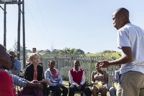 Шарлиз Терон приехала в Южную Африку бороться со СПИДом. Фото: Justin Barlow/Getty Images for The Global Fund