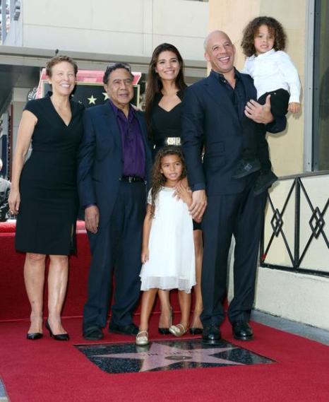 Вин Дизель со свое семьёй на торжественной церемонии открытия его звезды на Аллее славы 26 августа 2013 года в Голливуде, штат Калифорния (США). Фото: Frederick M. Brown/Getty Images