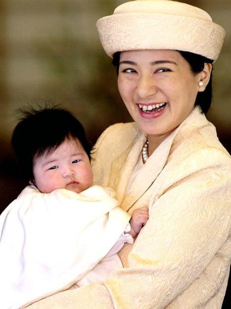 Японская кронпринцесса Масако и её дочь Айко, 13 марта 2002 года. Фото: Yoshikazu Tsuno / AFP / Getty Images