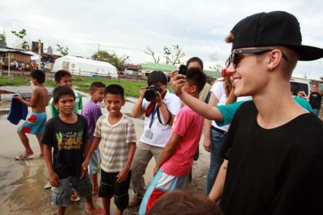 Джастин Бибер посетил 10 декабря Манилу и оказал поддержку филиппинцам, более месяца назад пострадавшим от одного из самых разрушительных тайфунов в истории. Фото: Jeoffrey Maitem/Getty Images