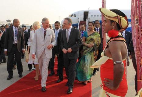 Британский наследный принц Чарльз и его супруга, герцогиня Корнуолла Камилла, прибыли на Шри-Ланку 14 ноября 2013 года, где состоится Саммит британского содружества. Фото: Sri Lankan Government via Getty Images
