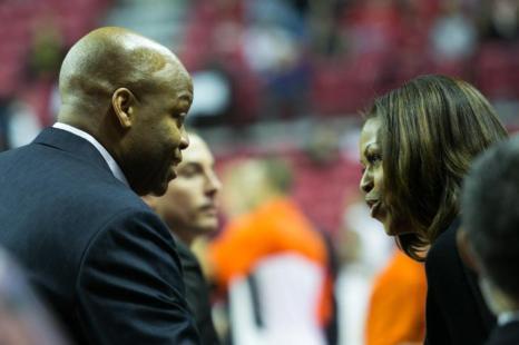 Первая леди США Мишель Обама поддержала брата, тренера баскетбольной команды штата Орегона Крейга Робинсона в матче 17 ноября 2013 года. Фото: Drew Angerer/Getty Images