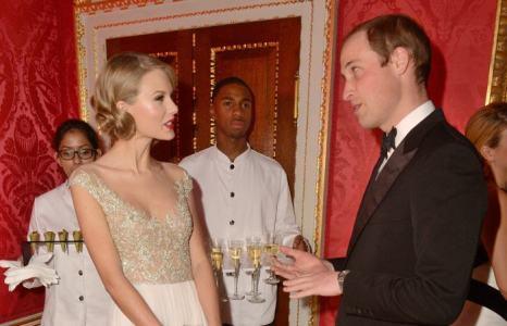 Принц Уильям, герцог Кембриджский, и певица Тейлор Свифт на благотворительном ужине в  Кенсингтонском дворце 26 ноября 2013 года. Фото: Chris Jackson / Getty Images