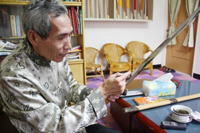 60-летний Чэнь Ши-Цунг рассказывает о том, что химические реакции имеют важное значение для успешного изготовления меча. Фото: Matthew Robertson/Epoch Times