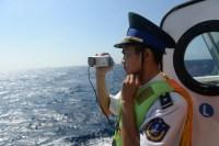 Китай делит Южно-Китайское море.Офицер вьетнамской береговой охраны снимает на видео китайские корабли вблизи установки китайской буровой платформы в спорных водах