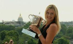 Мария Шарапова показала трофей Ролан-Гарроса