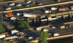 После аварии на мосту в Нью-Джерси грузовик повис на эстакаде
