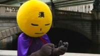 Супергерой в Токио подметает улицы